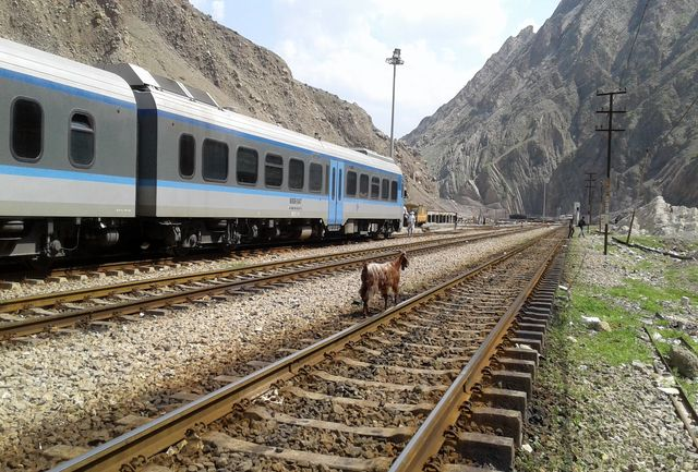 خروج 5 واگن باری از ریل حادثه آفرین شد