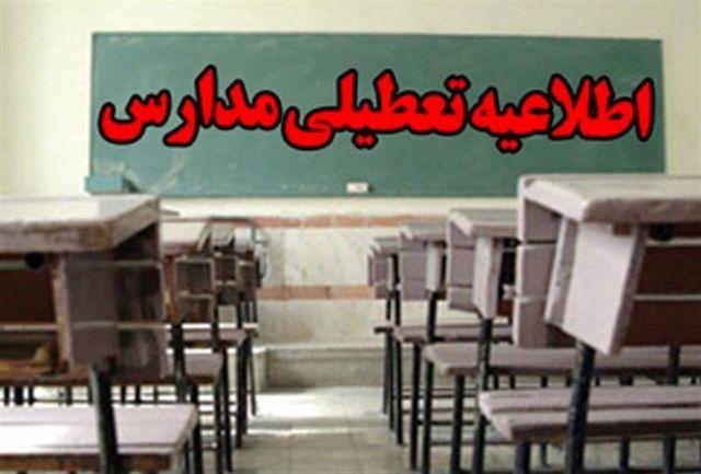 تندباد مدارس ابتدایی زاهدان و نصرت آباد را تعطیل کرد