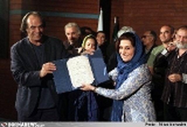 کیارستمی تندیس «تصویرسال» را به صمدیان اهدا کرد