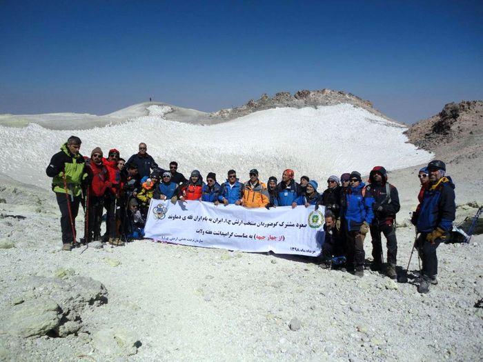 تیم کوهنوردی ارتش جمهوری اسلامی ایران قله دماوند را فتح کرد