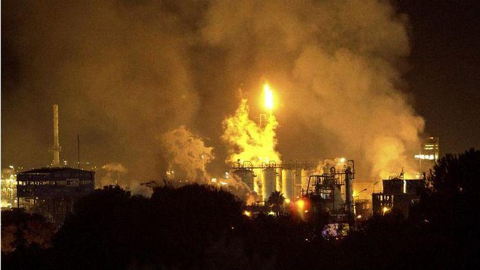 انفجار وحشتناک در کارخانه مواد شیمیایی!