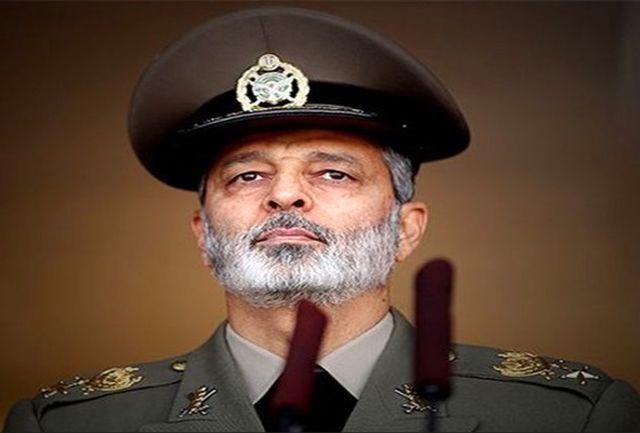فرمانده کل ارتش: در ٤٠ سال انقلاب یک روز بدون مبارزه نداشتیم/ به دشمن لبخند نخواهیم زد