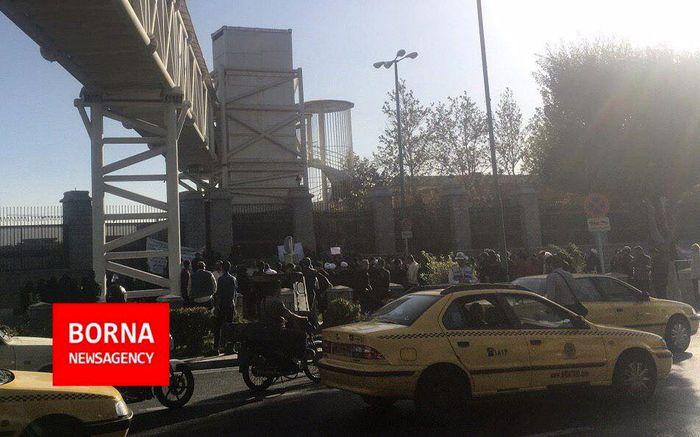 تجمع اعتراضی 50 نفره علیه ورود زنان به ورزشگاه
