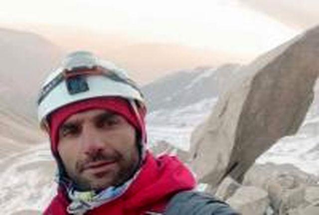علی سلمانی کوهنورد مشکین شهری به قله علم کوه صعود کرد