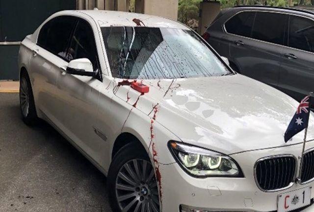 بدرقه نخستوزیر استرالیا با پاشیدن رنگ قرمز به خودرویش