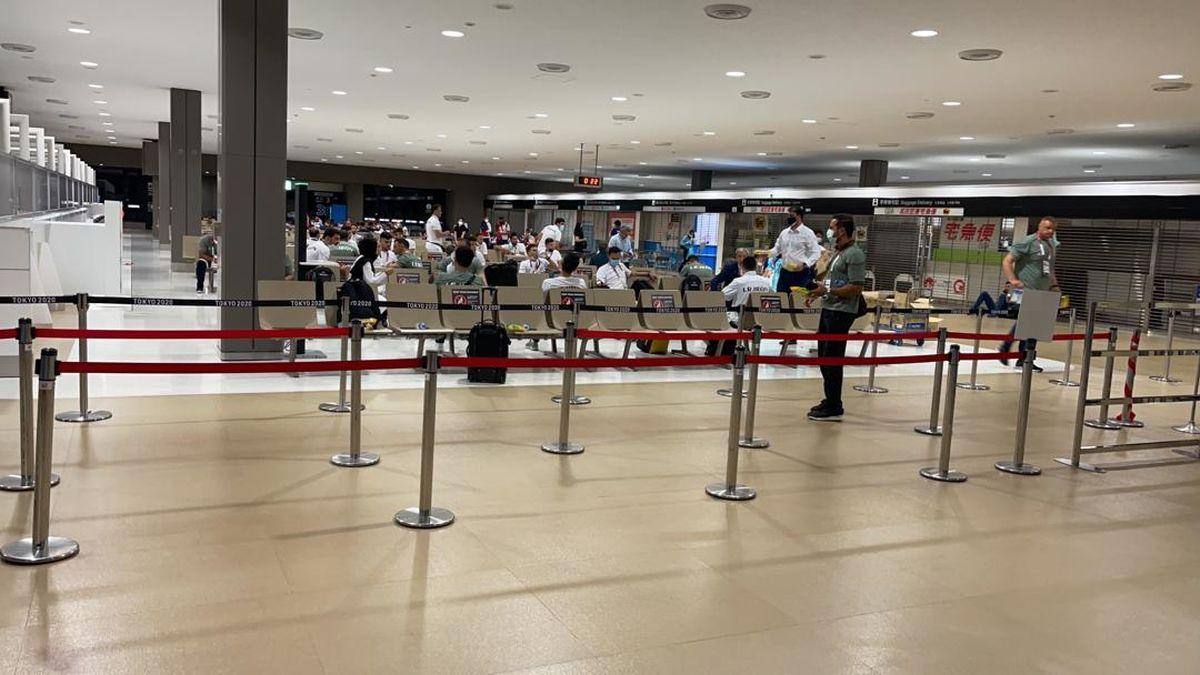 خوشخبر: تشریفات خروج از فرودگاه آزاردهنده بود