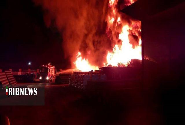 مهار آتش سوزی در یک واحد تولیدی شهرک صنعتی گرمسار