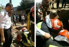 تلاش آتش نشانان برای نجات جان کارگر جوان محبوس شده در گودال