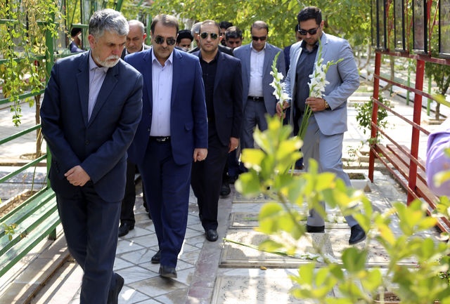 وزیر ارشاد به مقام شامخ شهدای شیراز ادای احترام کرد