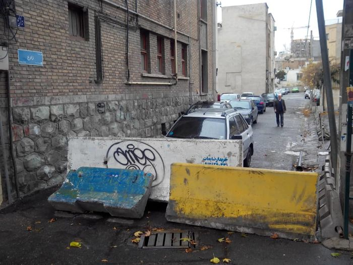 مردم: دانشگاه تهران جانمان را به لبمان آورده؛ از ادعای مالکیت خیابان تا کندن تابلو معبر/ دانشگاه تهران: کار ما نیست