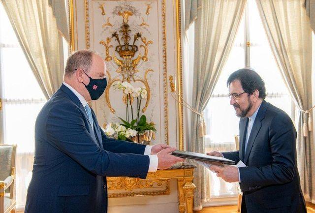 قاسمی استوارنامه خود را به شاهزاده موناکو تسلیم کرد