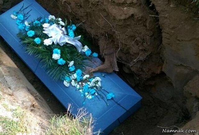 وقوع اتفاقی هولناک در قبرستان/ ظاهر شدن پای مرده متحرک در مراسم خاکسپاری+ عکس