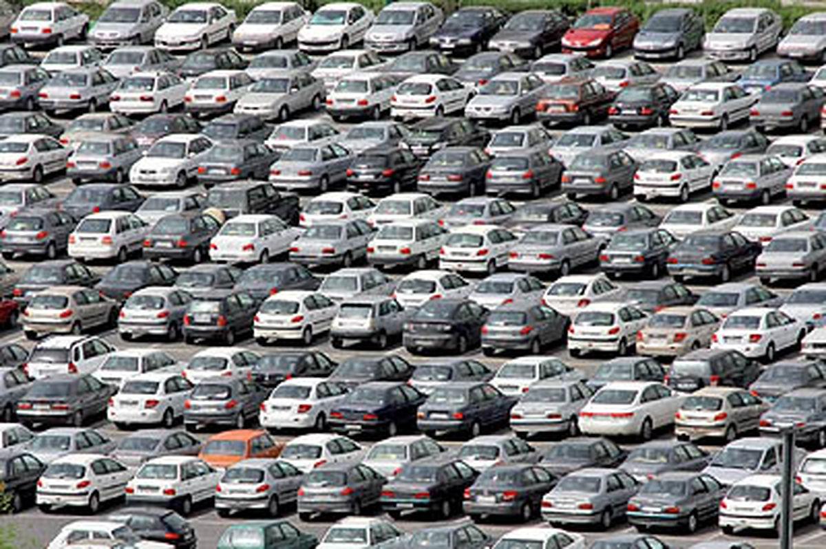 خودروسازیها نقش بانک را ایفا میکنند/ تنها دلیل استقبال شدید از قرعه کشیها، حاشیه سود عجیب و غریب است/ ماشین های دست دوم وارد شود
