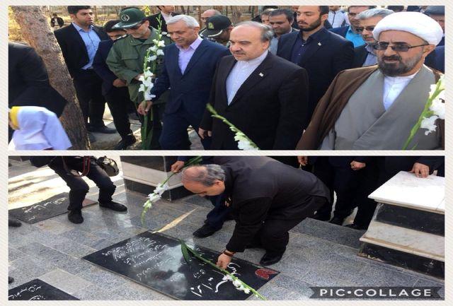 ادای احترام وزیر ورزش و جوانان به مقام شامخ شهدا در میامی