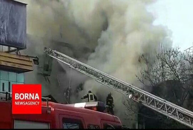 آتش سوزی مهیب در خیابان شریعتی رشت / دو آتش نشان مصدوم شد