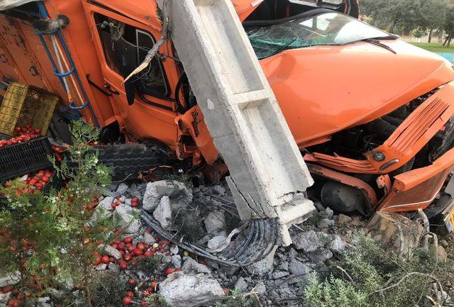 کامیون حامل گوجه فرنگی در دروازه قرآن واژگون شد