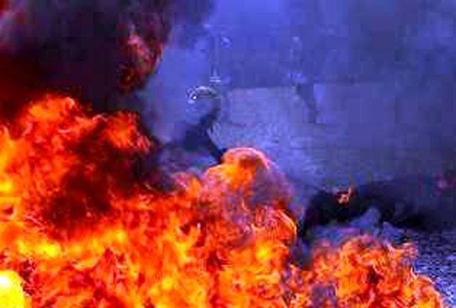 زبانه کشیدن شعله های آتش در کارگاه تولیدی کاغذ