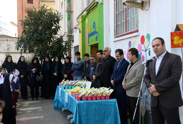 مداد سبز کاشتنی توسط شهردار و اعضای شورای شهر لاهیجان به دانش آموزان سما اهدا شد