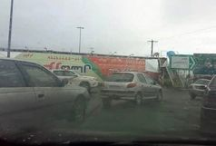 سقوط پل عابرپیاده و مسدود شدن جاده