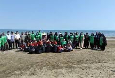 ساحل روستای طالب آباد بندرانزلی در هفته محیط زیست پاکسازی شد