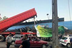 برخورد تریلی با پل عابرپیاده در محور آستانه اشرفیه به لاهیجان حادثه آفرین شد