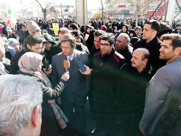 رئیس کل بانک مرکزی در جمع راهپیماییان 22 بهمن حاضر شد