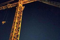 گرفتار شدن کارگر اهوازی در بالا بر ساختمانی+ببینید