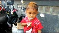این  پسر 2ساله روزی 40 نخ سیگار می کشد! + عکس