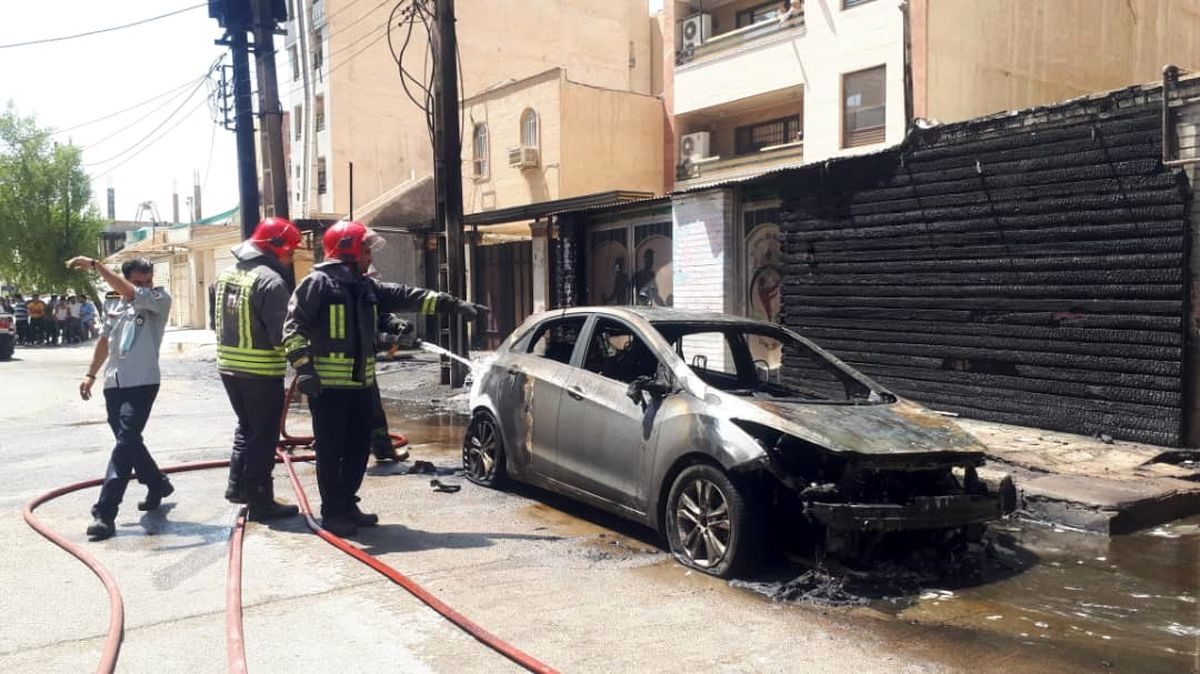 انفجار ترانس برق در اهواز 3 خودرو را به آتش کشید+ببینید