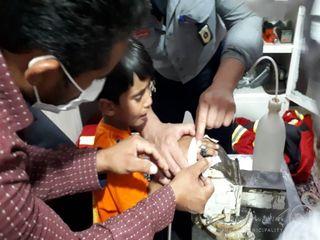 رها سازی انگشت دست پسر بچه ۴ ساله از مهر شافت تنه موتور