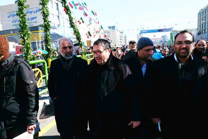 حضور وزیر صمت  در راهپیمایی 22 بهمن به همراه خانواده