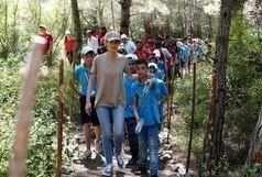 دیدار همسر اسد با فرزندان افراد فقید ارتش سوریه/ ببینید