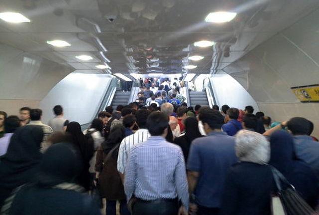 سقوط5 نفر از پله برقی متروی کرج