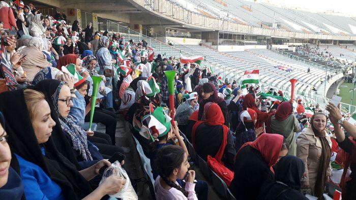 استقرار بانوان در جایگاههای ورزشگاه آزادی/ خبرنگاران خارجی استقبال چشمگیری کردند