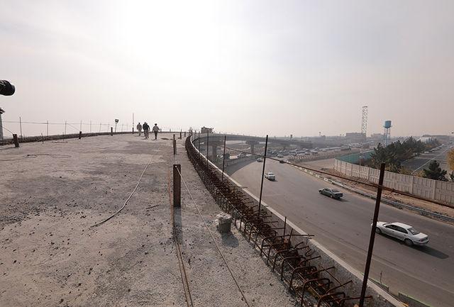 پل تقاطع بلوار علامه عسگری با جاده قدیم قم به مرحله روکش آسفالت رسید